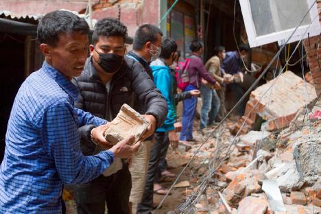 瓦礫の撤去を手伝いコミュニティのボランティアたち
